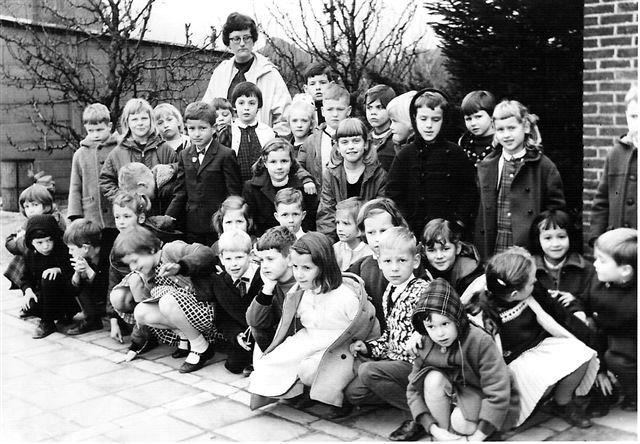 10.07.2008: Eerste klas Sint Janschool Valkenswaard 1965 met juffrouw Els Hamers. Klik voor groter.