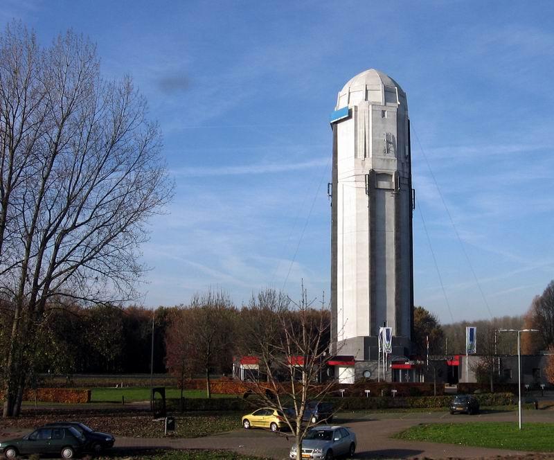 23.03.2008: De watertoren van Raamsdonksveer juist achter Knooppunt Hooipolder zorgt iedere dag voor warme gevoelens bij CasaSpider. Klik voor groter.