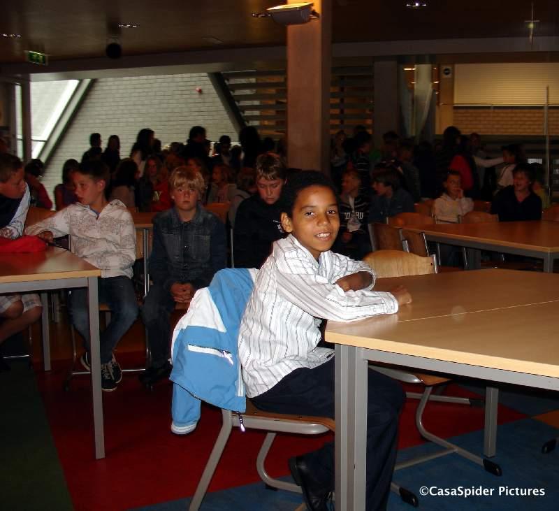 09.07.2009: Luchiano (11) in de aula van het Beatrix College te Tilburg in afwachting van de kennismakingsmiddag voor de eerste klassen. Klik voor groter.