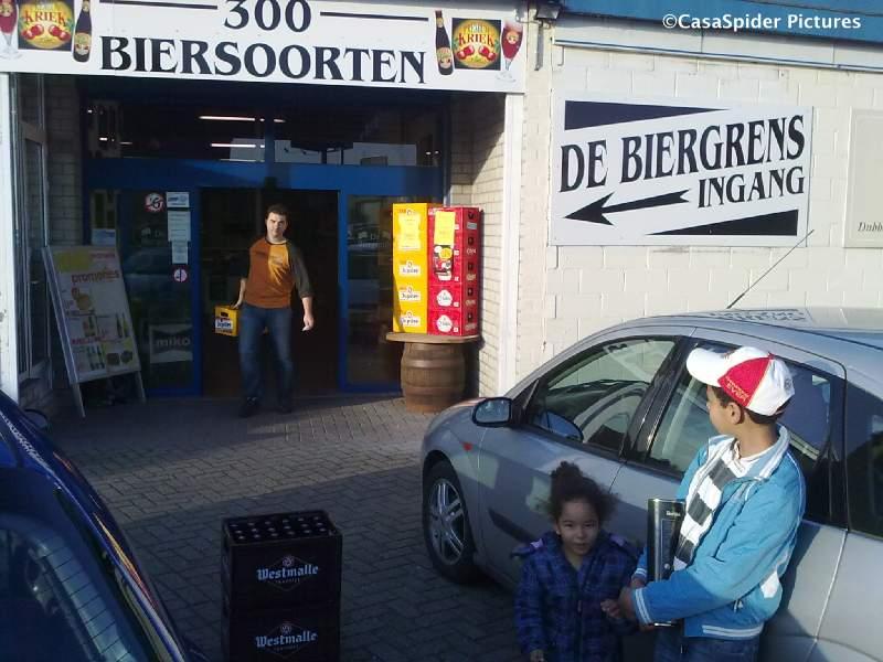 21.11.2009: De Spiders kopen Westmalle Tripel en Dubbel in kratvorm bij De BiergrenS in Baarle-Hertog/Baarle-Nassau, leuke winkel. Klik voor groter.