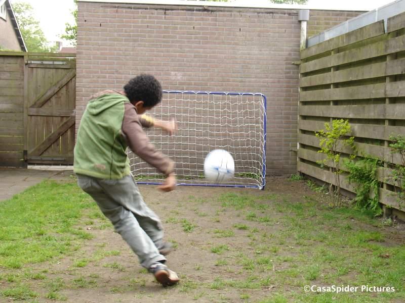 01.05.2009: We kopen een blauw goaltje bij Blokker voor 13 euro maar hebben er niet lang plezier van. Klik voor groter.