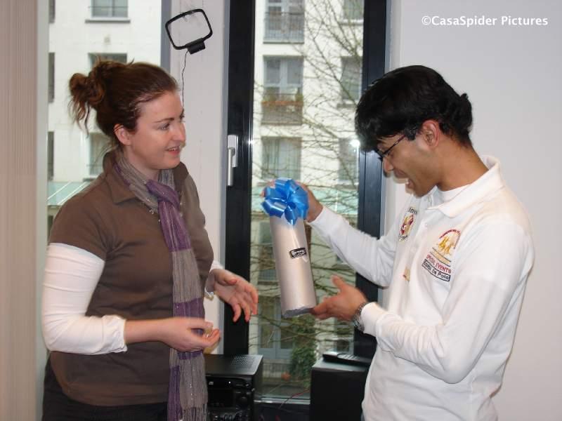 26.03.2009: Afscheid van Geoffrey bij Brabant Water, collega Judith biedt hem een fles Port aan. Klik voor groter.