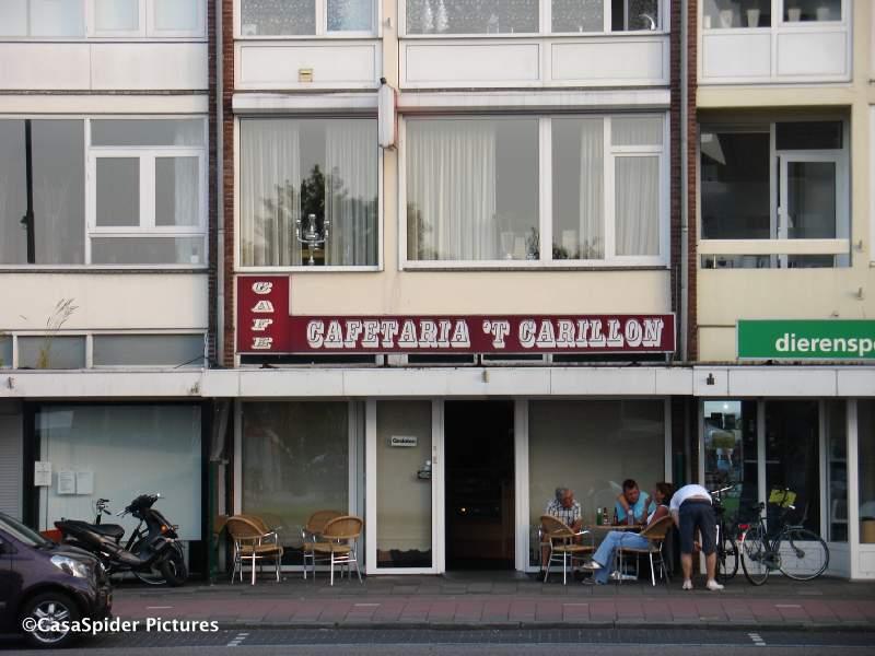 25.06.2009: De cafetaria tegenover het gemeentehuis en carillon heet heel toepasselijk ook Het Carillon. Klik voor groter.