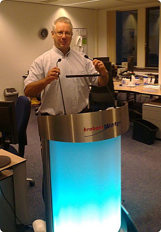 22.10.2009: CasaSpider achter (voor?) het katheder van Brabant Water terwijl hij het voltallige personeel toespreekt. Klik voor groter.