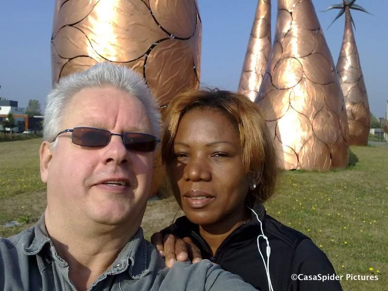 27.09.2009: Lucy, CasaSpider en de Nokia Sportstracker lopen de Grote Ronde van Rijen (8.19 km) en stoppen even voor een foto bij de Gouden Palmen. Klik voor groter.