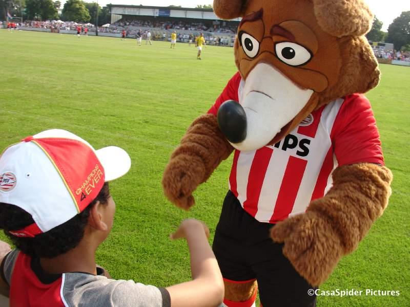 01.07.2009: De Valk - PSV (0-1), Foxy schudt Luchiano (11) de hand, het is wel een beetje warm. Klik voor groter.