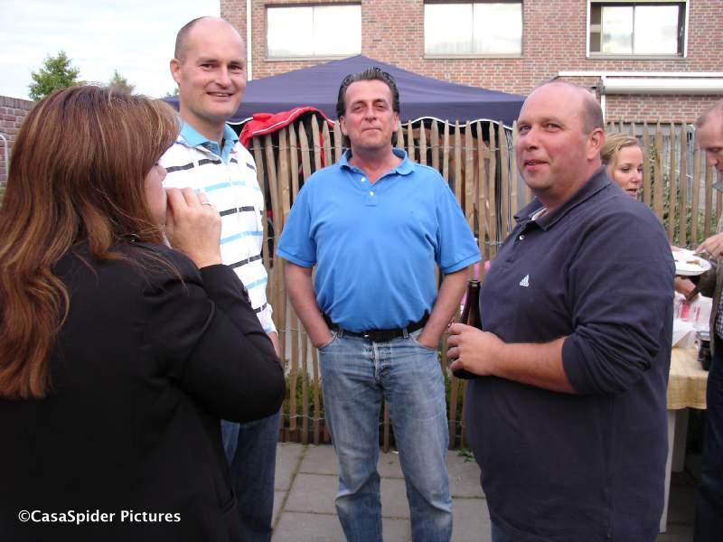 20.06.2009: Diamond Piet (lichtblauw shirt) organiseert en viert zijn verjaardag op prima wijze. Klik voor groter.