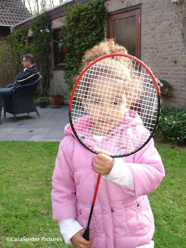 05.04.2009: Diana (2) in Dommelen achter een badmintonracket. Klik voor groter.