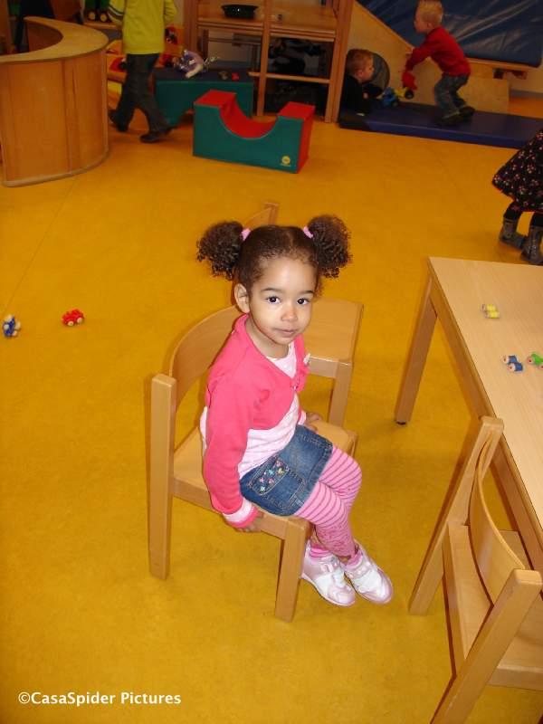 02.03.2009: Diana (2) gaat voor het eerst naar school, peuterspeelzaal 't Hummeltje in Rijen. Klik voor groter.