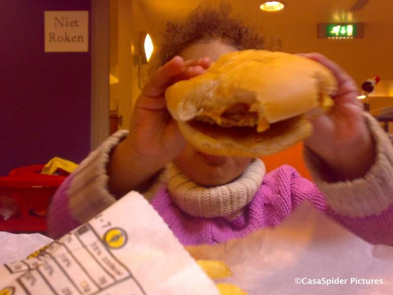 04.01.2009: Diana (2) eet een Cheeseburger bij McDonalds Breda die bijna groter is dan haar hoofd. Klik voor groter.