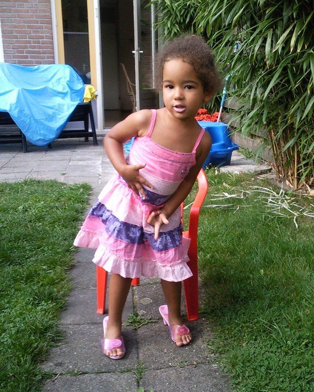 09.08.2009: Diana (3) is eigenlijk een prinses en loopt erg elegant op hakjes. Klik voor groter.