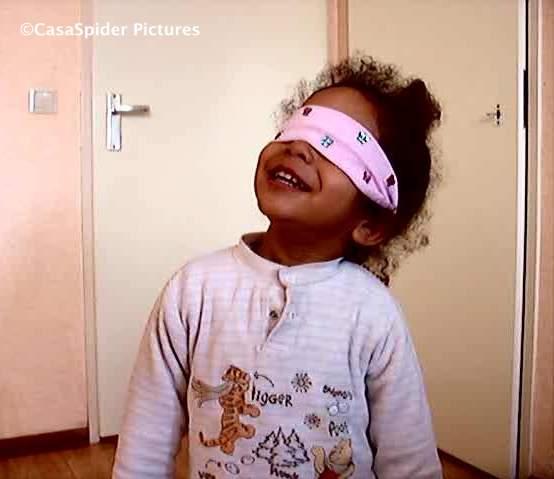 25.01.2009: Diana (2) ontdekt de wereld met een blinddoek. Klik voor groter.