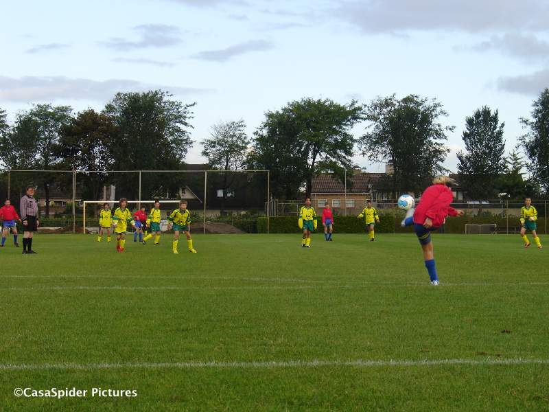 05.09.2009: Op zaterdagochtend spelen Dongen D5 en Rijen D4 een spannende pot voetbal, Rijen trekt uiteindelijk met 4-6 aan het langste eind . Klik voor groter.