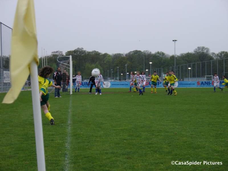 16.04.2009: Ivar neemt een corner voor Rijen D4. Desondanks komen we in Breda niet verder dan 1-1 tegen Jeka D9. Klik voor groter.