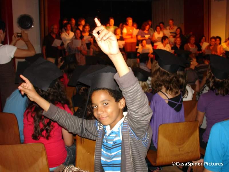 23.07.2009: Luchiano (11) heeft zijn diploma van de KBS Sint Jozef binnen en er zelfs een Harvard-hoedje voor opgezet. Klik voor groter.