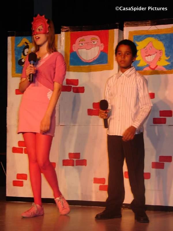 13.07.2009: Luchiano (11) neemt het hoge gedeelte van het Mega Mindy lied voor zijn rekening in de afscheidsmusical van Groep 8 van de KBS Sint Jozef Rijen. Klik voor groter.