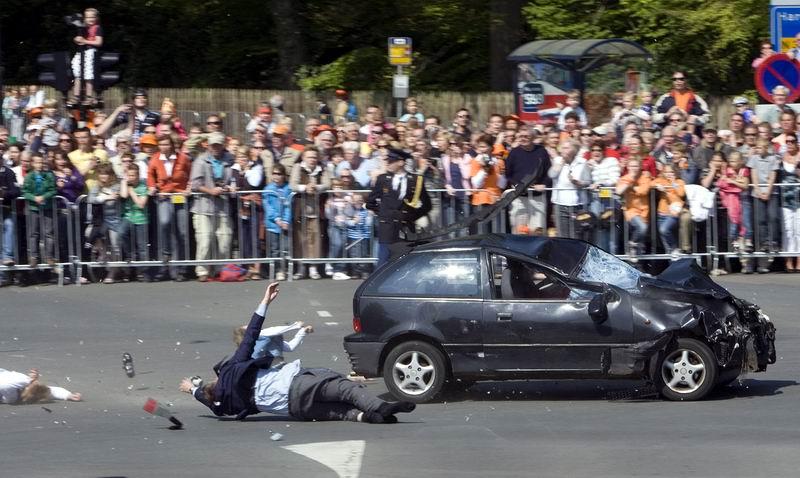 30.04.2009: Een aanslag met een Suzuki Swift maakt editie 2009 tot een absurde Koninginnedag. Klik voor groter.