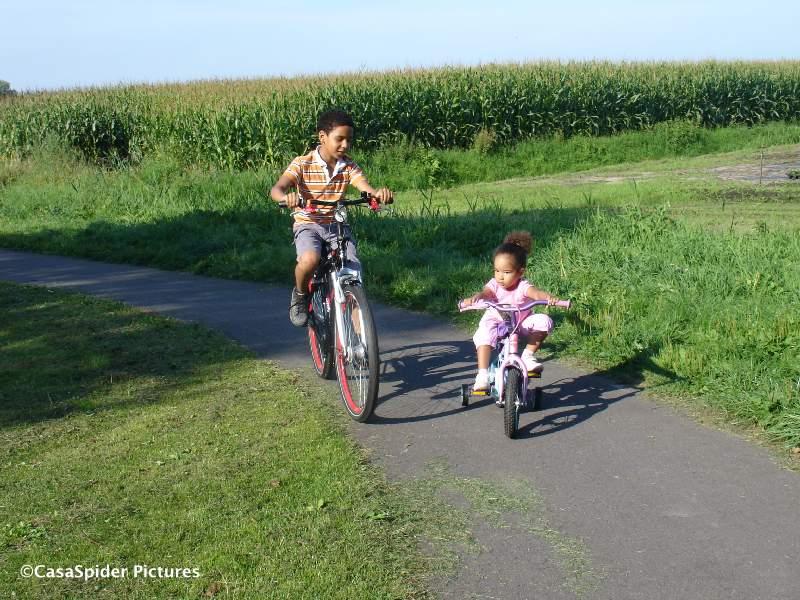 18.08.2009: Luchiano (11) is verguld met zijn nieuwe fiets, de Batavus Runner. Diana (3) fietst er gezellig naast. Klik voor groter.