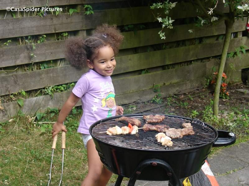 06.07.2009: Diana (3) verzorgt het vlees op de barbecue, ideaal zo'n dochter. Klik voor groter.