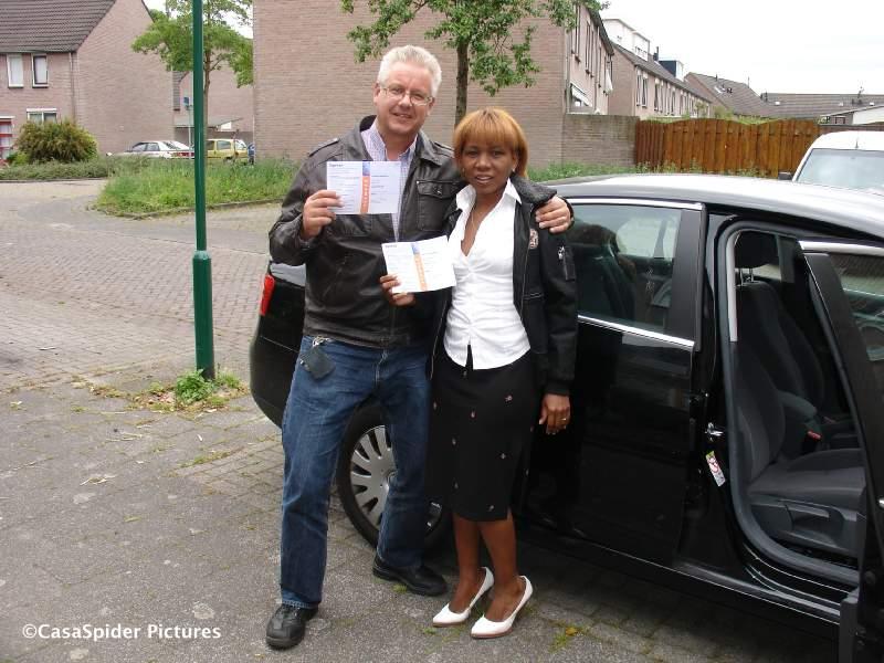 04.06.2009: Lucy stemt voor het eerst in haar leven en nog wel voor de Europese Verkiezingen, samen met CasaSpider. Klik voor groter.