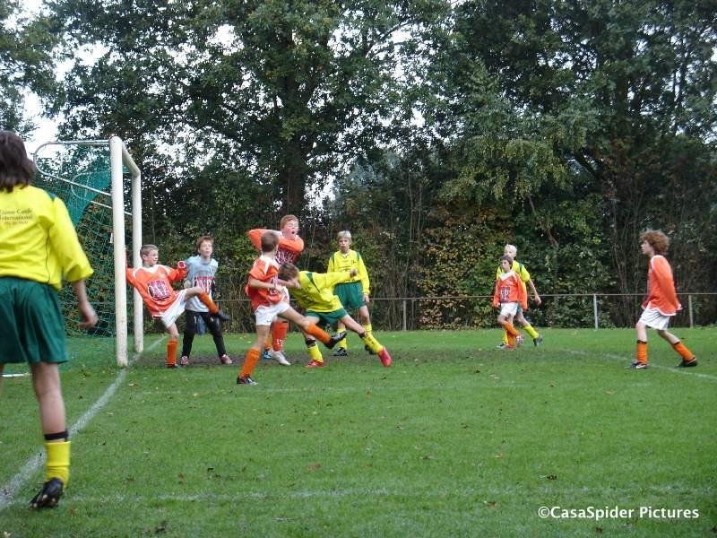 17.10.2009: Ivar neemt een corner voor Rijen D4 uit tegen Moerse Boys D3, er wordt flink geduwd. Klik voor groter.