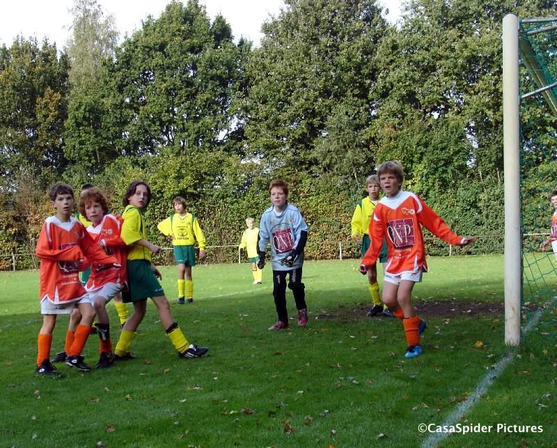 17.10.2009: Ivar, Martijn, Daan en Tom T. in het strafschopgebied van Moerse Boys. Klik voor groter.