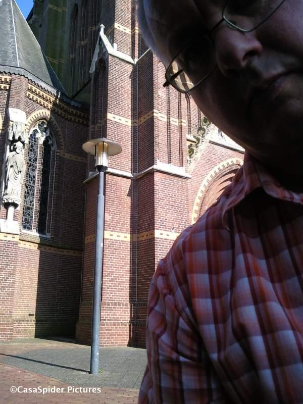15.08.2009: CasaSpider met twee kleine flesjes wijn op een muurtje van de Maria Magdalenakerk te Rijen, zelfportret met Samsung Jet