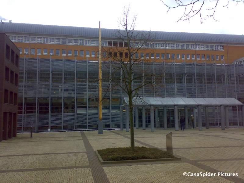 26.02.2009: CasaSpider in het Paleis van Justitie te Den Bosch waar in Zittingszaal Acht het beroep tegen het afwijzen van het visum voor Sugey dient. Klik voor groter.