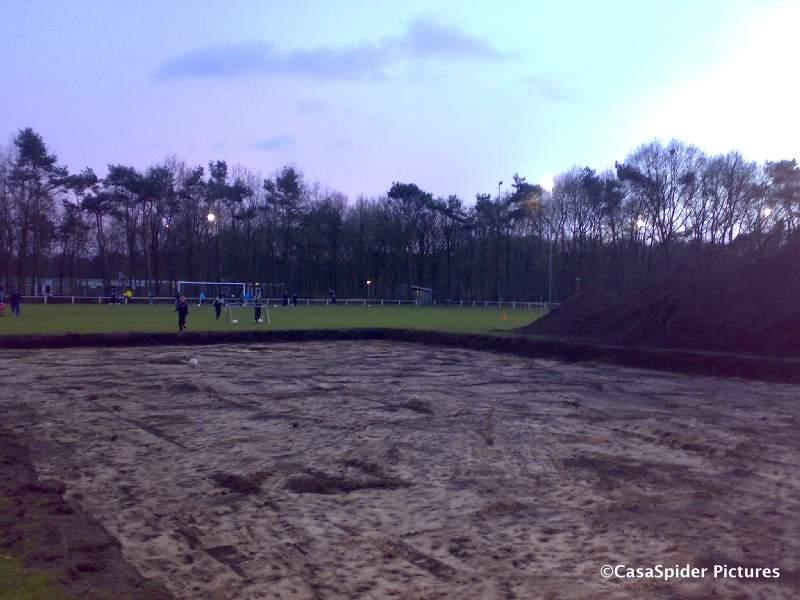05.03.2009: Dinsdag was het er nog maar donderdag is het trainingsveld van Rijen D4 plotseling gehalveerd, wie is de mol? Klik voor groter.