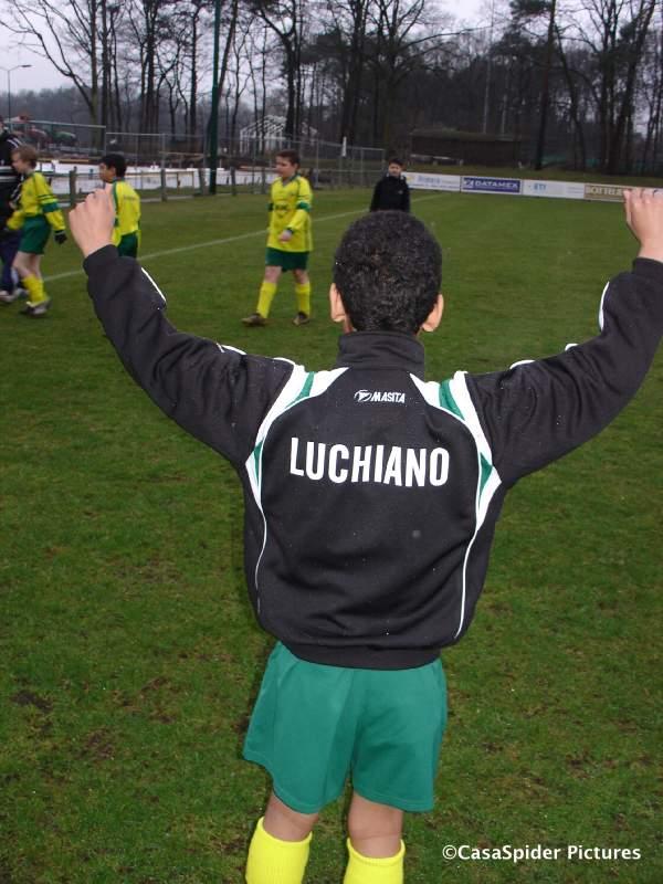 28.03.2009: Voor het eerst draagt Luchiano (11) zijn nieuwe trainingspak met Rijen embleem en achterop zijn naam. Klik voor groter.