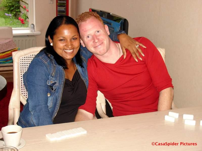 09.06.2009: Sugey en Dennis van luchtmachtbasis Gilze-Rijen bij ons thuis aan het dominoën, het klikt. Klik voor groter.