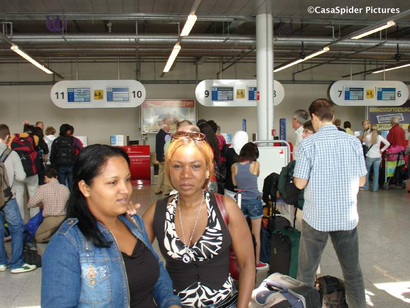 17.06.2009: Sugey en Lucy op Eindhoven Airport, Sugey vliegt naar Madrid. Klik voor groter.