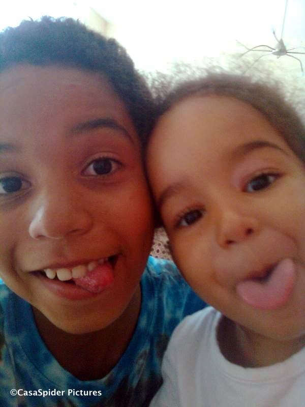 26.07.2009: Luchiano (11) maakt een foto met zijn nieuwe mobieltje van zijn zusje Diana (3) en zichzelf. Klik voor groter.