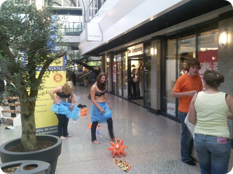 29.08.2009: Gratis striptease in het centrum van Tilburg. Klik voor groter.
