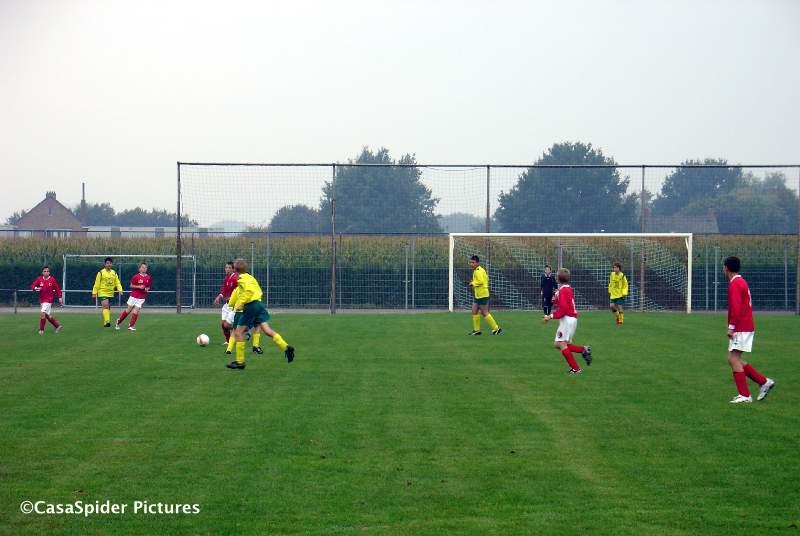 19.09.2009: Ulicoten heeft mooie velden met mooie netten in de goals, toch verliest Rijen D4 met 5-2 of misschien wel daarom. Klik voor groter.