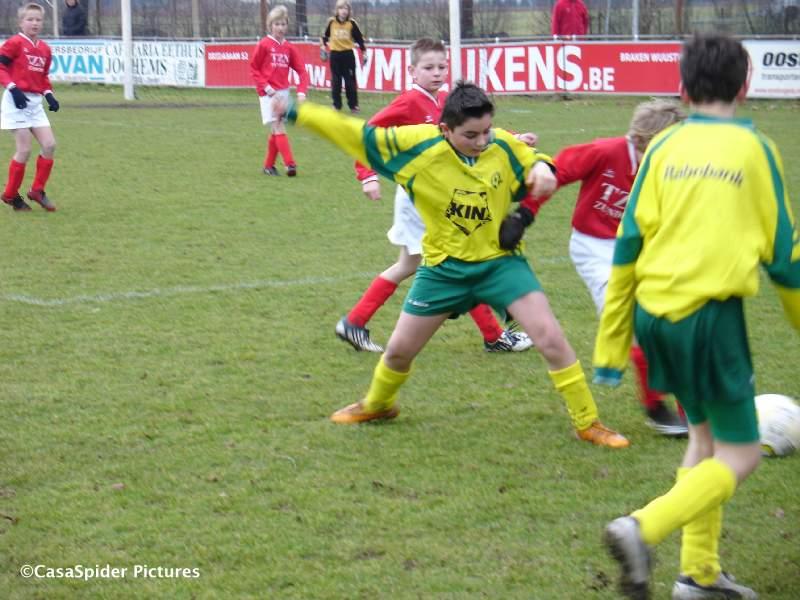 07.02.2009: Rijen D4 gaat met 3-2 ten onder in en tegen Wernhout D4, hier Furkan in gevecht om de bal. Klik voor groter.
