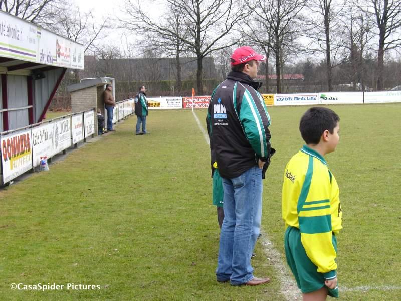 07.02.2009: Rijen D4-trainers Yusuf en Marco met links daarachter een glimp van CasasPa. Klik voor groter.