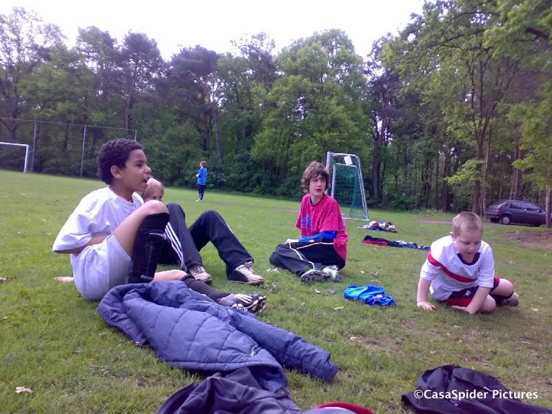 09.05.2009: Even op het gras uitrusten tijdens het intensieve Kampeerweekend van vv Rijen. Klik voor groter.