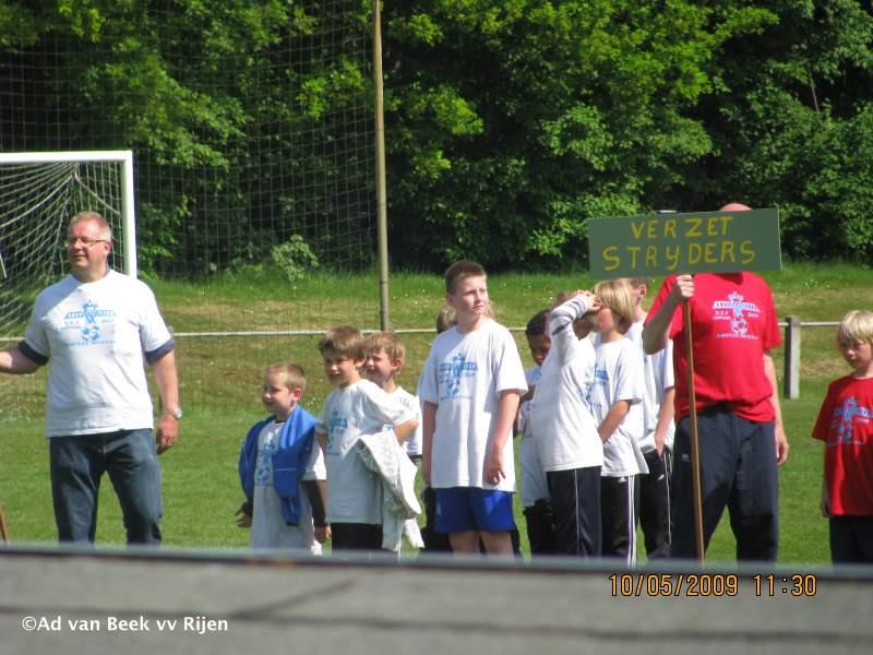 10.05.2009: De sluitingsceremonie van het Kampeerweekend 2009 vv Rijen is aan de gang, links het team van de Hospikken. Foto: Ad van Beek. Klik voor groter.