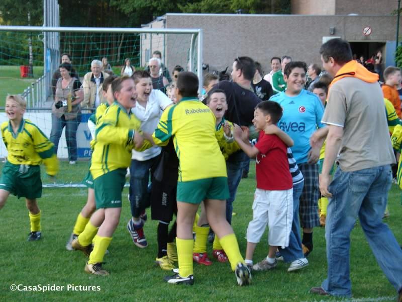 29.05.2009: Rijen D4 speelt een toernooi in Ulvenhout en de D1 (7 spelers) winnen na strafschoppen van UVV'40 D5. Klik voor groter.