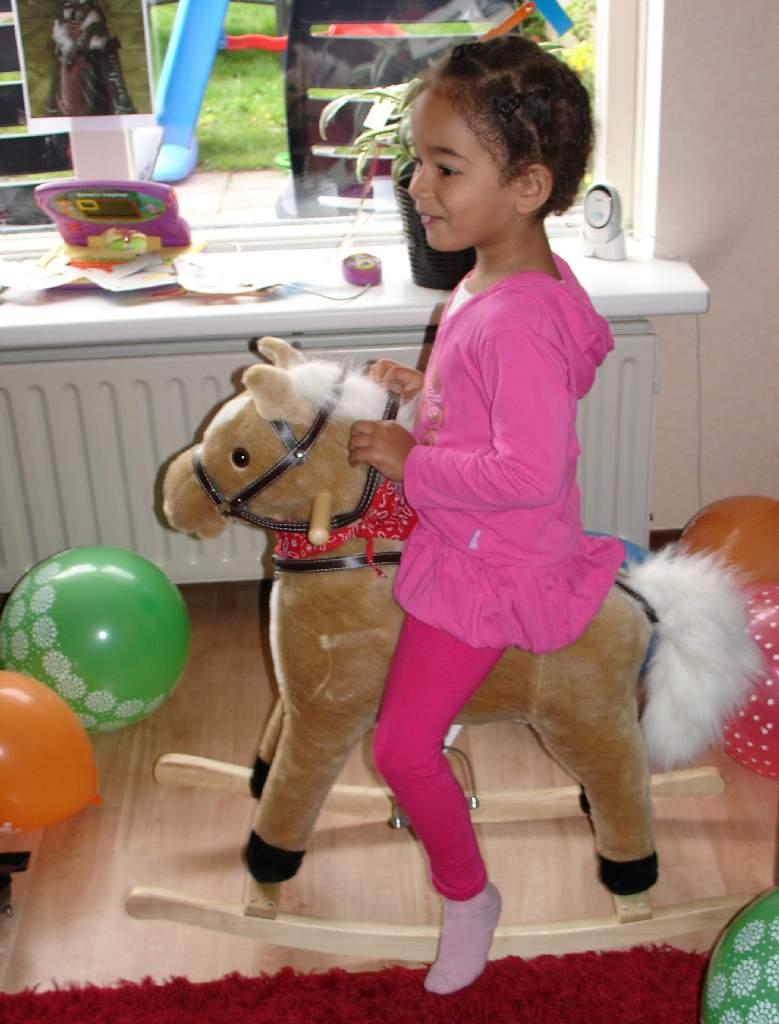 05.05.2010: Prinses Diana is vier jaar en dolblij met haar nieuwe vriend, hobbelpaard Epona. Klik voor groter.