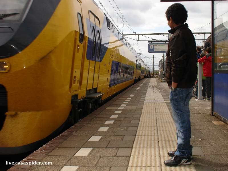 05.05.2010: Luchiano (12) op station Gilze-Rijen in afwachting van de trein naar Tilburg. Klik voor groter.