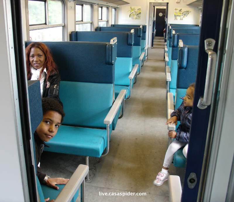 05.05.2010: Lucy, Luchiano (12) en Diana (4) in een treinstel voor ons alleen op weg naar Tilburg. Klik voor groter.