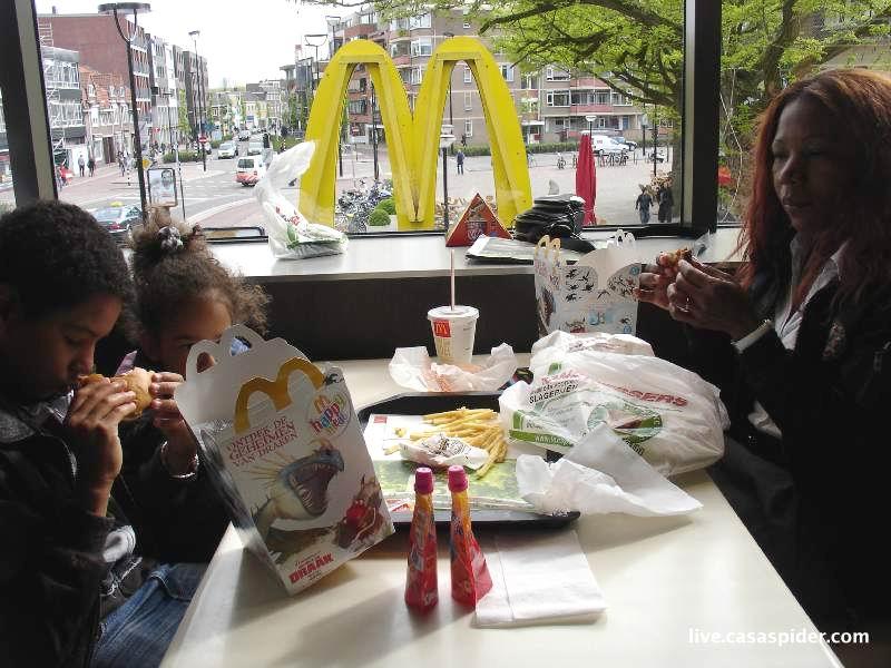 05.05.2010: Kinderen vieren hun verjaardag uiteindelijk toch liever bij McDonalds dan met witlof. Klik voor groter.