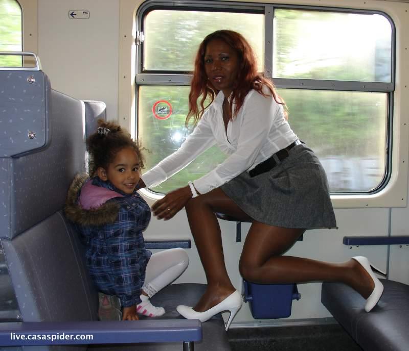05.05.2010: De trein heeft een bijzonder effect op Lucy en Diana (4). Klik voor groter.
