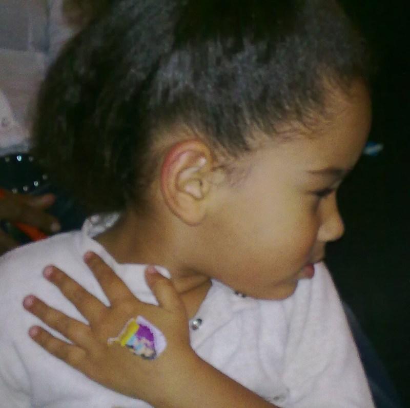 15.12.2010: CasaSpider jaagt Diana (4) de stuipen op het lijf met zijn uitleg over een tattoo. Klik voor groter.