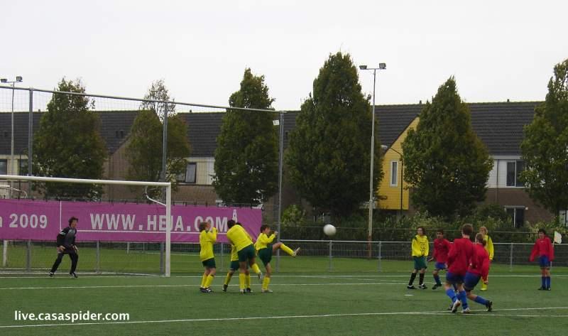 25.09.2010: Dongen C5 rolt Rijen C4 met 8-0 op, mede dankzij hardschietende meisjes waarvoor de Rijense knapen wegduiken. Klik voor groter.