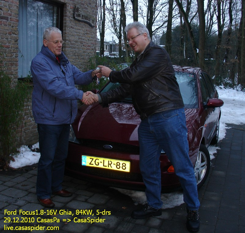 29.12.2010: CasasPa overhandigt in Dommelen officieel de sleutels van zijn oude Ford Focus 1.8 Ghia aan CasaSpider. Klik voor groter.