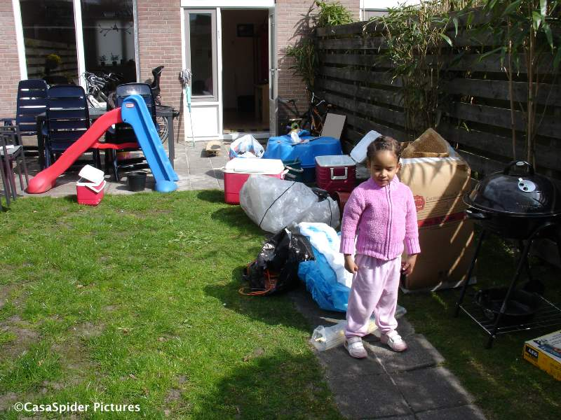 22.04.2010: Op donderdagochtend ruimen we de schuur leeg en zetten een kwart bij het grof vuil, Diana (3) houden we natuurlijk. Klik voor groter.