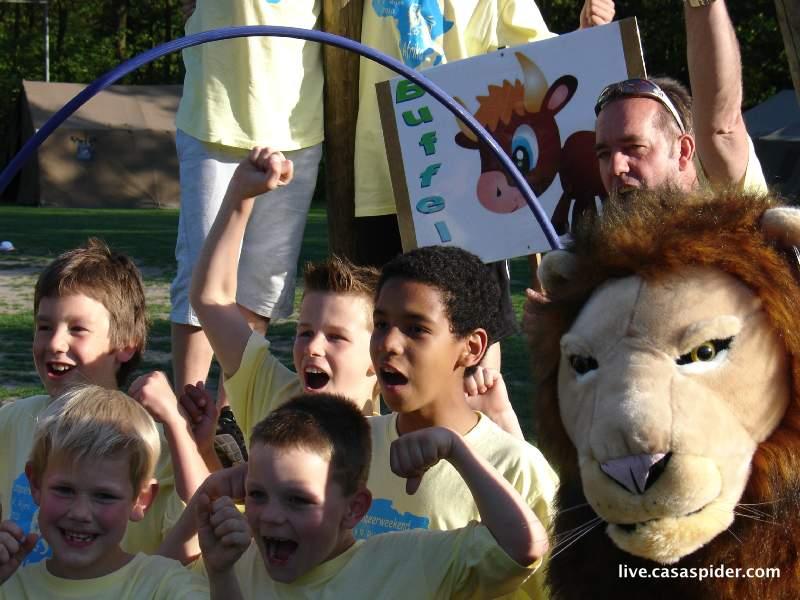 04.06.2010: Kampeerweekend vv Rijen, de Buffels met Luchiano (12) zitten in de kookpot voor de teamfoto. Klik voor groter.